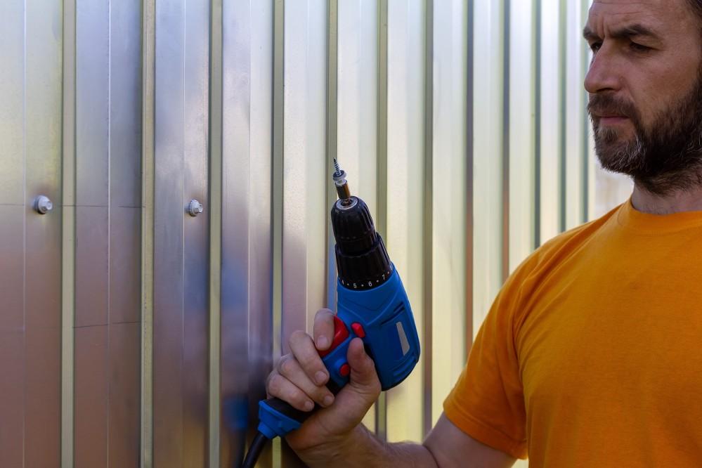 fencing builder in Sydney installing colorbond steel fence